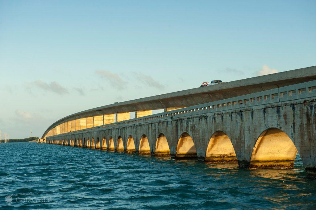 Arcos dourados da Overseas Highway, Florida Keys, Estados Unidos da América.
