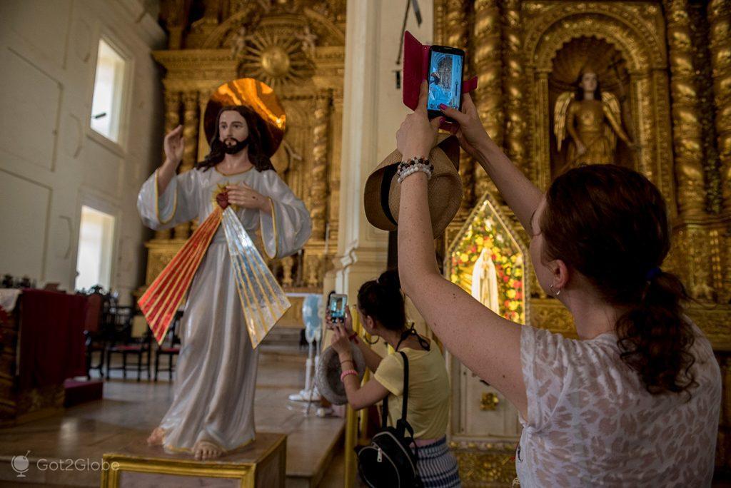 Visitantes da Basílica do Bom Jesus, Velha Goa, Índia