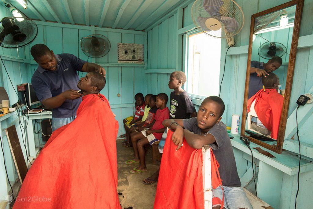 Barbeiro e mini-cinema em Santo António de Principe, São Tomé e Principe