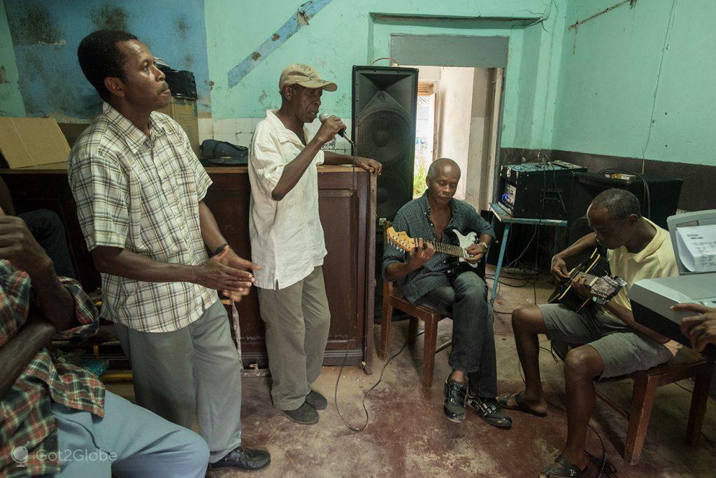 Chico Roque e outros músicos de Santo António, ilha do Príncipe, São Tomé e Principe
