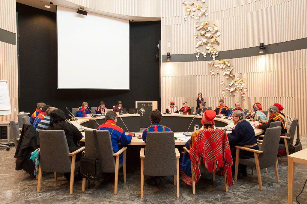 Mesa redonda e composta, Inari, Parlamento Babel da Nação Sami Lapónia, Finlândia