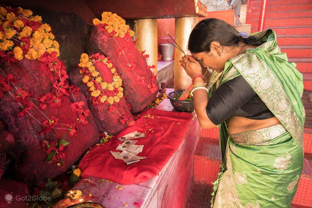 Fiel hindu ora no templo de Kamakhya, Guwahati, estado de Assam, Índia