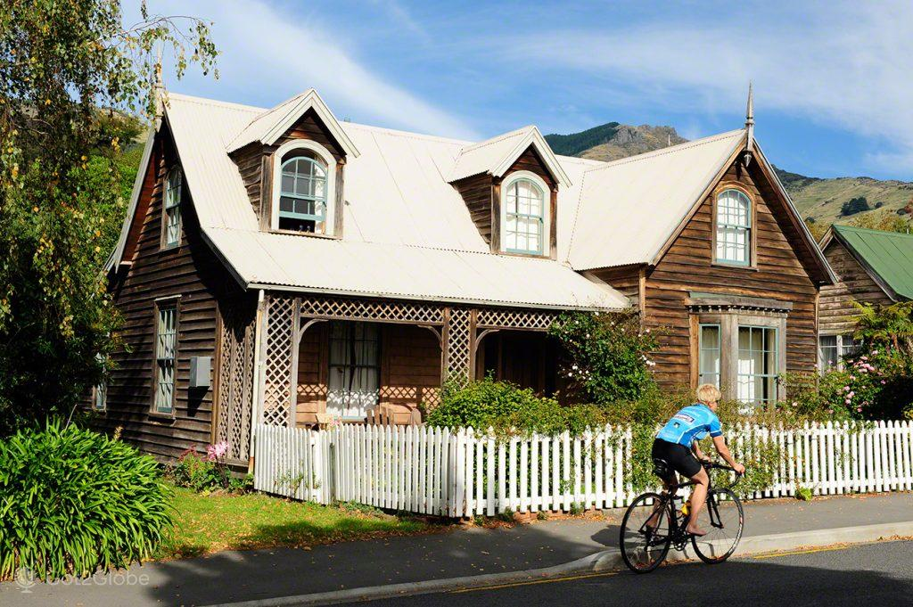 Ciclista em Akaroa, Península Banks, Canterbury, Nova Zelândia