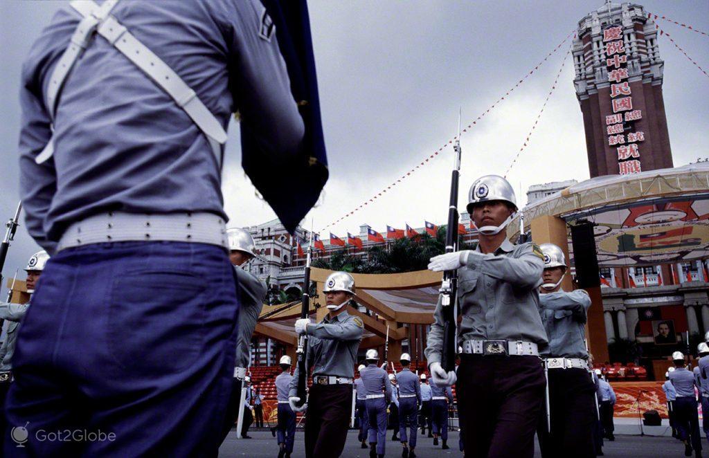Parada militar em dia de chuva