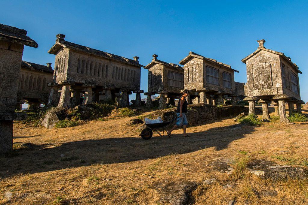 Moradora entre espigueiros de Lindoso, PN Peneda Gerês, Minho, Portugal