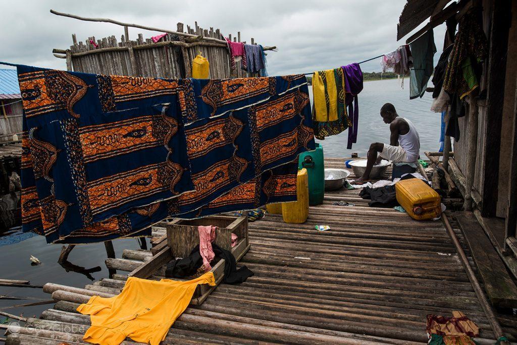Lavagem de roupa em Nzulezu, Gana