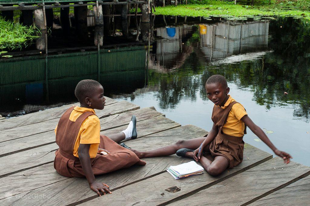 Alunas da escola de Nzulezu, Gana