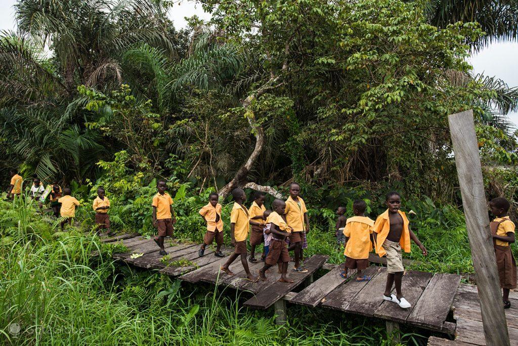 Alunos da escola de Nzulezu, Gana