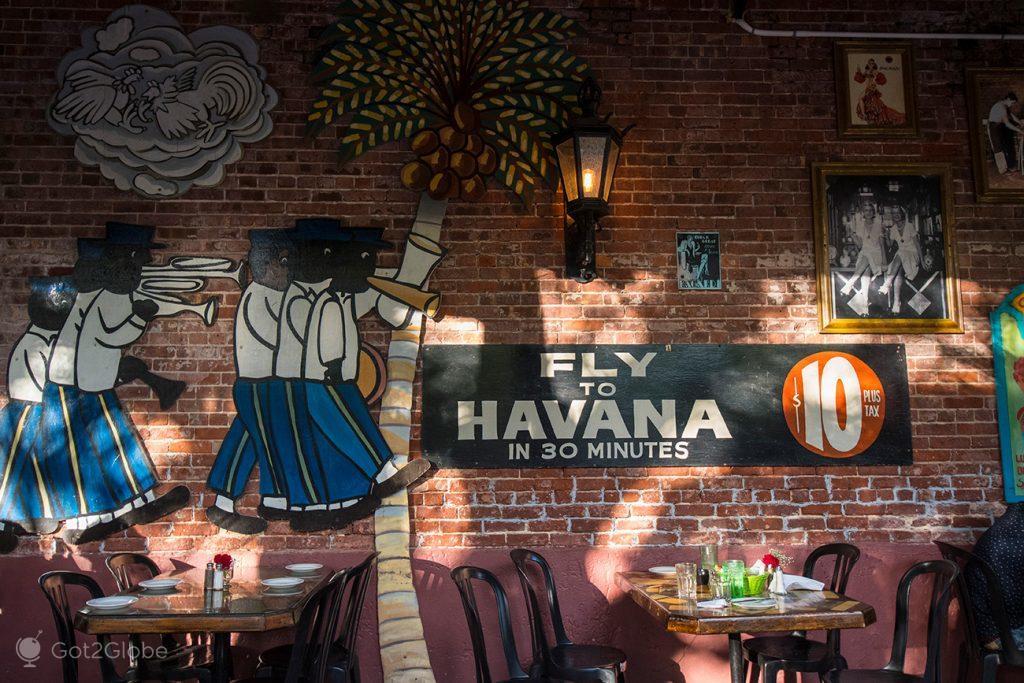 Decoração de bar junto à Mallory Square, Key West, Flórida Keys, Estados Unidos