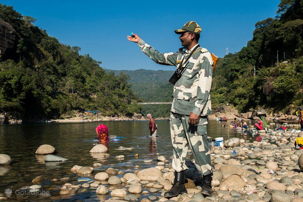 S. Kumar, militar de serviço na linha fronteiriça de Jaflong Zero Point