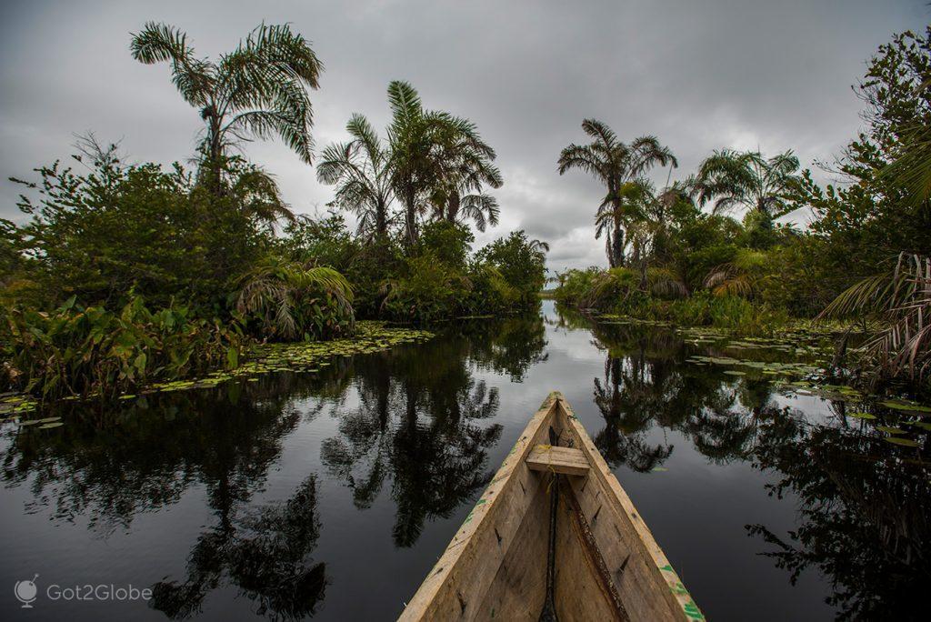 Canoa no canal que conduz ao lago Amansuri, Gana