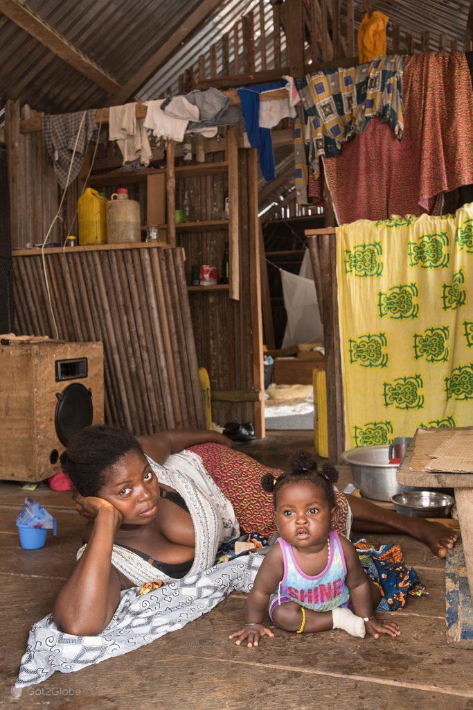 Mãe e filha repousam na sua palafita de Nzulezu, Gana