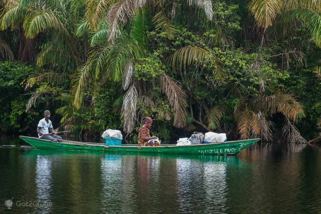 A caminho de Nzulezu, lago Amansuri, Gana