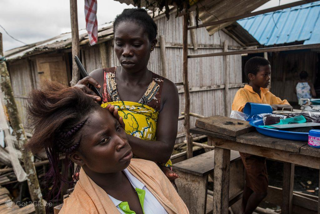 Sessão de cabeleireiro em Nzulezu, Gana