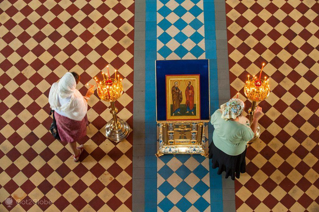 Fiéis ortodoxas no interior igrejas do Mosteiro de Santo Jacob o Salvador, Rostov, Rússia