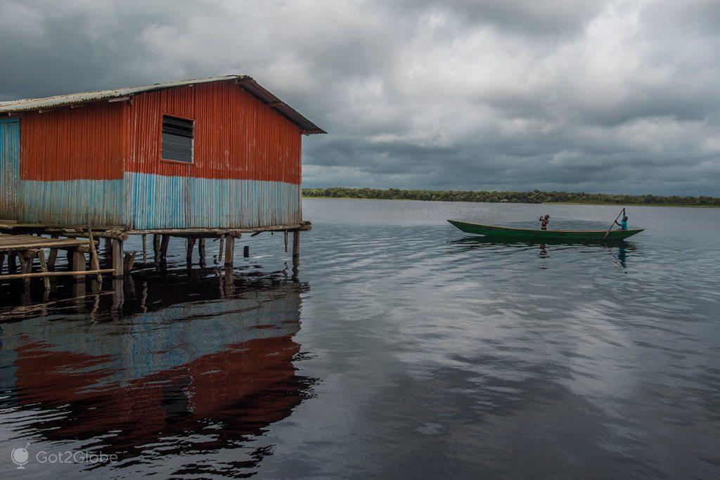 Canoa em Nzulezu, Gana