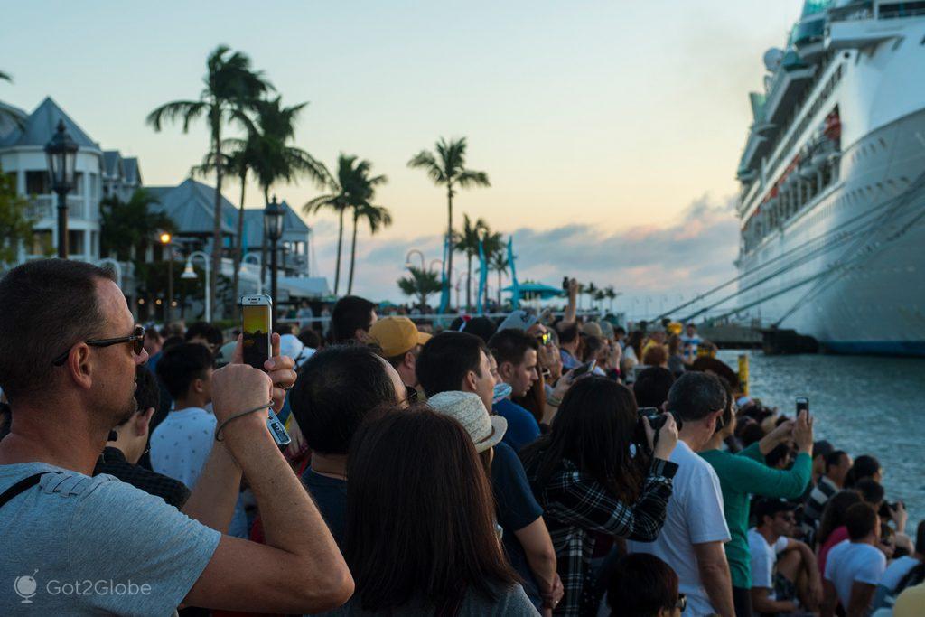 Adoração do pôr-do-sol na Mallory Square, Key West, Flórida Keys, Estados Unidos