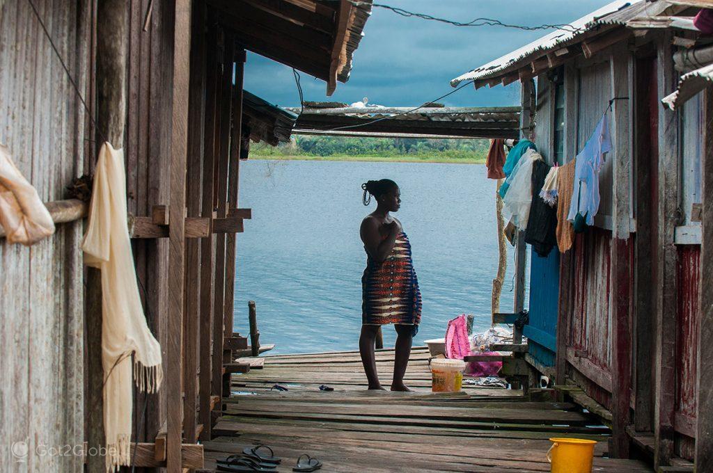 Moradora de Nzulezu, Gana