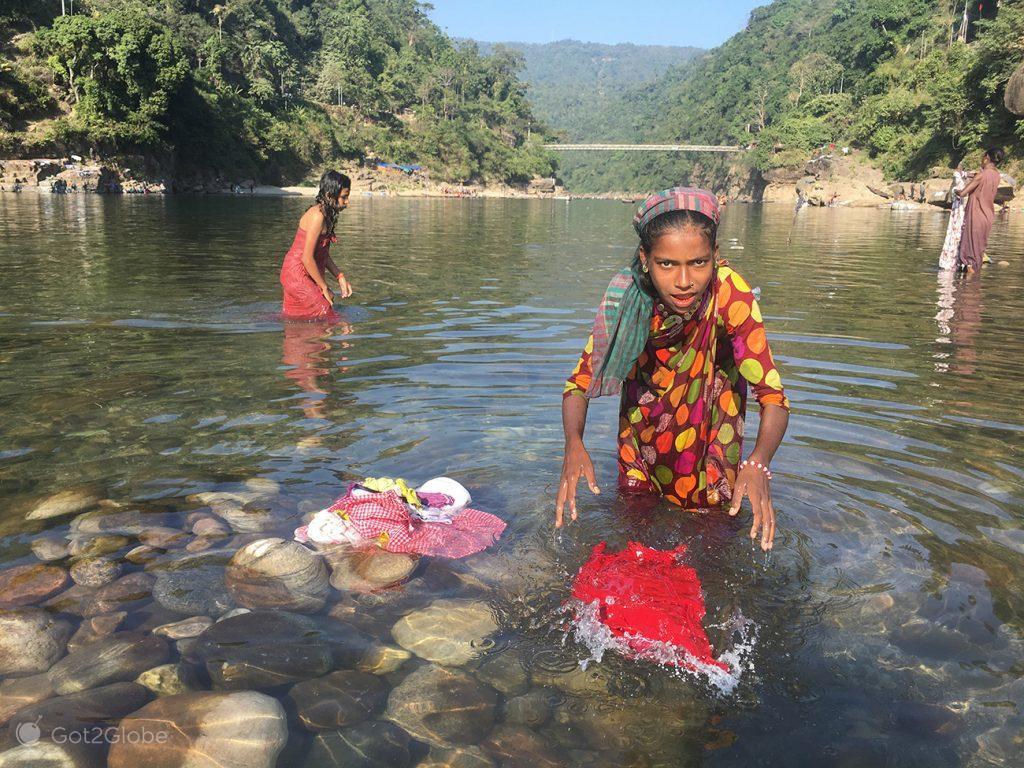 Lavadeira no rio Dawki, Bangladesh