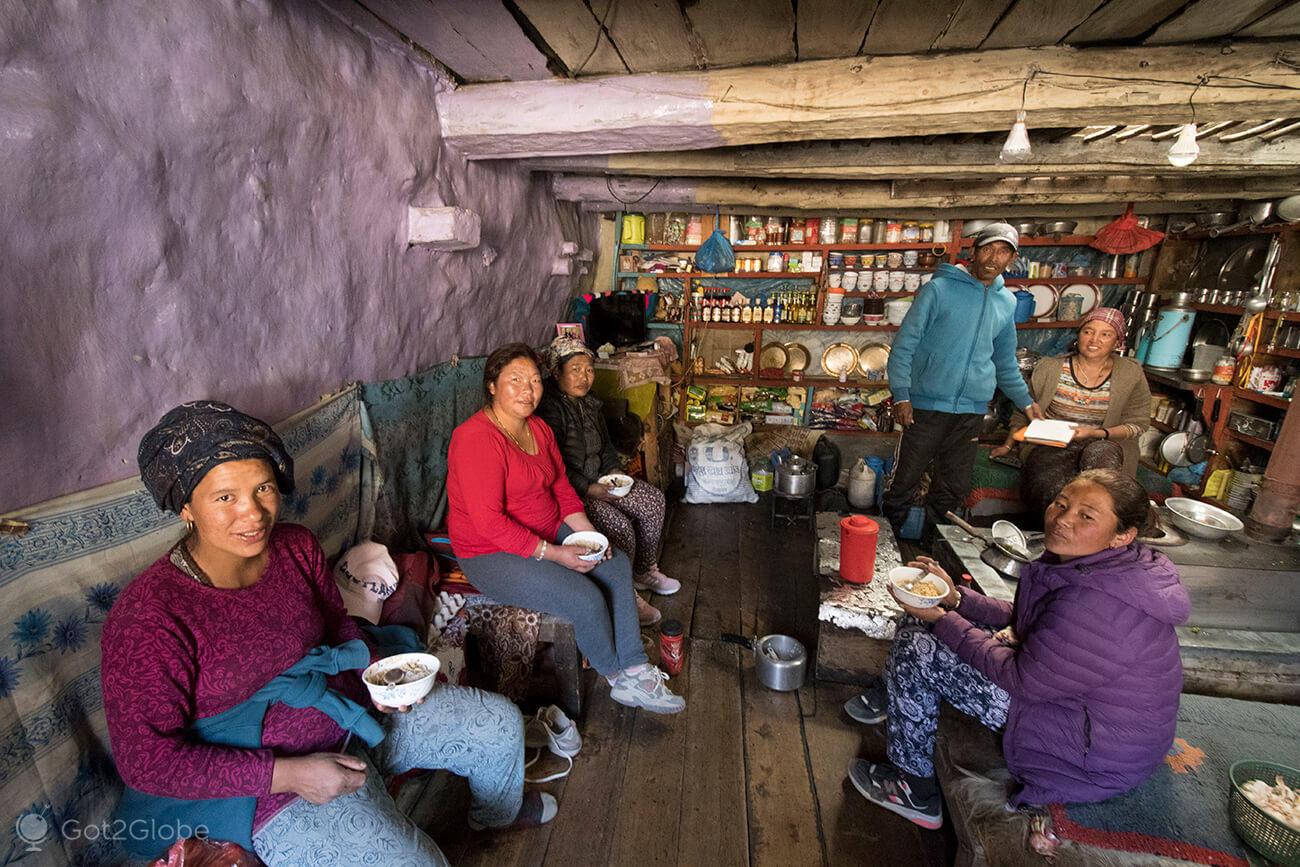 Repasto numa casa de chá de Munchi, Circuito Annapurna, Nepal