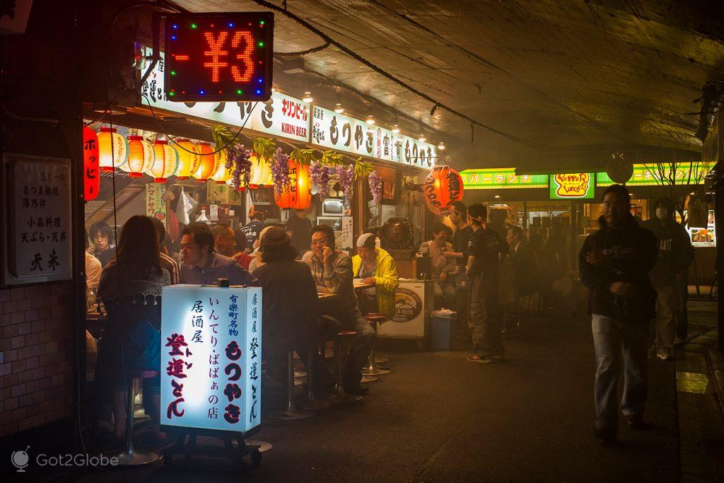 Restaurante debaixo de ponte, Tóquio, Japão