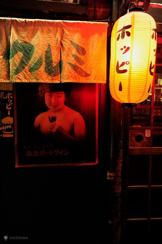 Poster à entrada de um bar, Tóquio, Japão