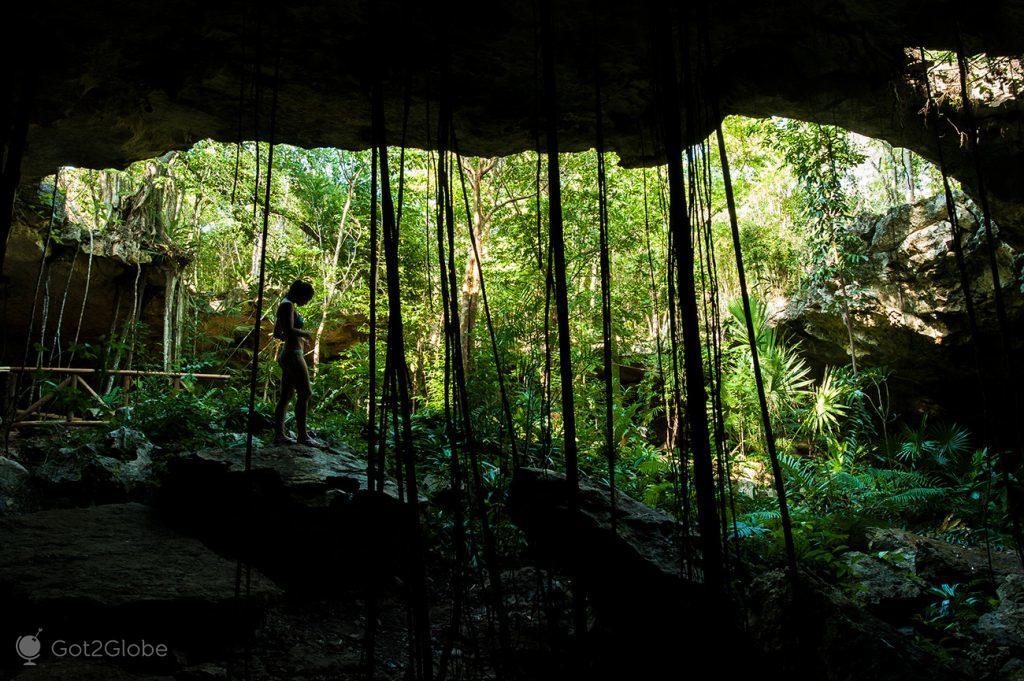 Entrada para um cenote junto a Playa del Carmen, Quintana Roo, México