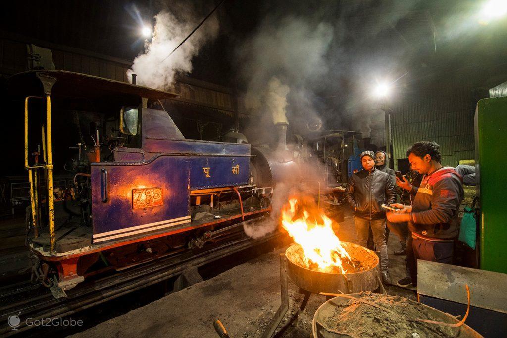 Trabalhadores do Darjeeling Himalayan Railway, em Darjeeling, Bengala Ocidental, Índia