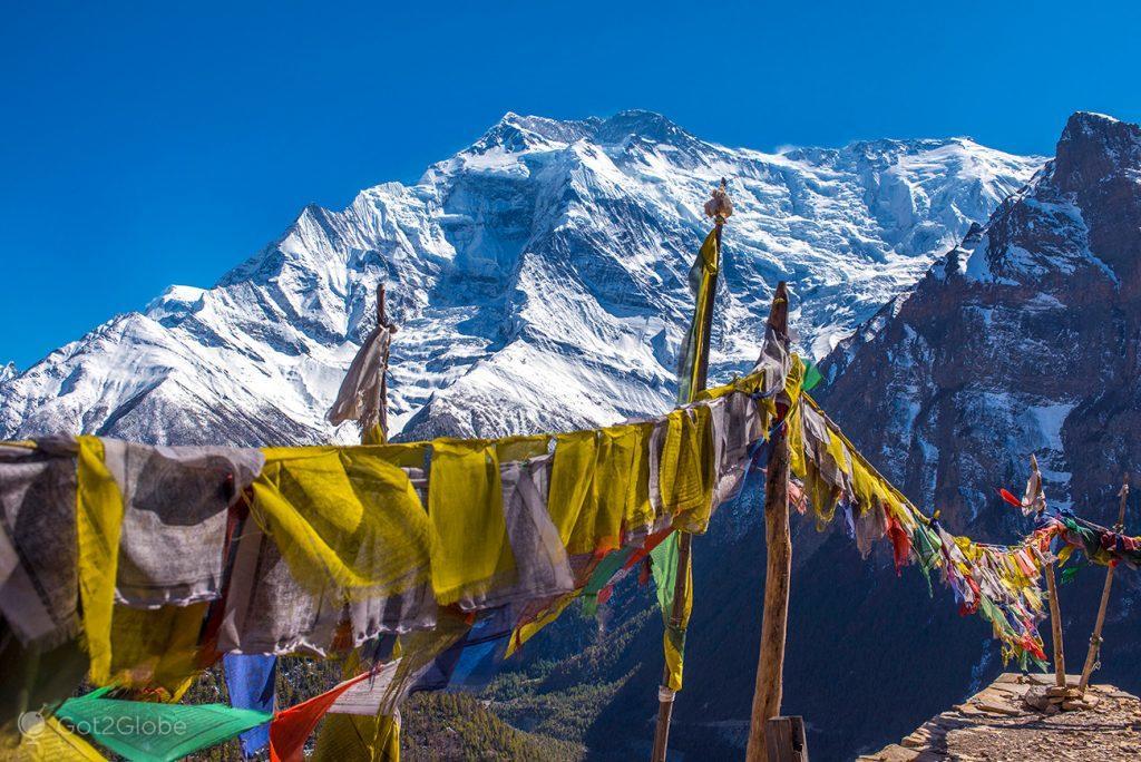 Bandeiras de oração em Ghyaru, Nepal