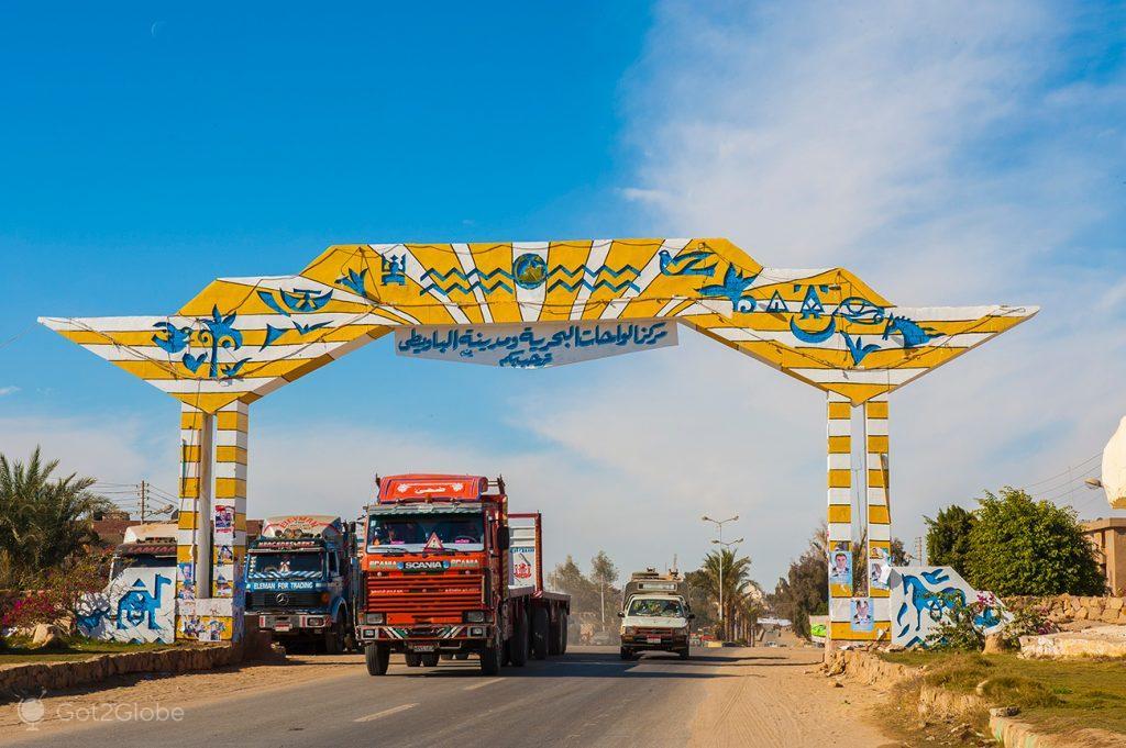 Portal para o Deserto na estrada Cairo-Farafra, Deeserto Branco, Egipto