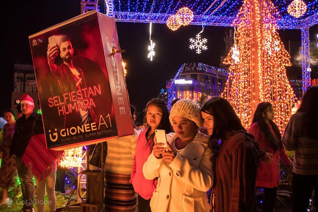 Amigas na noite de Natal em Shillong, Meghalaya, Índia