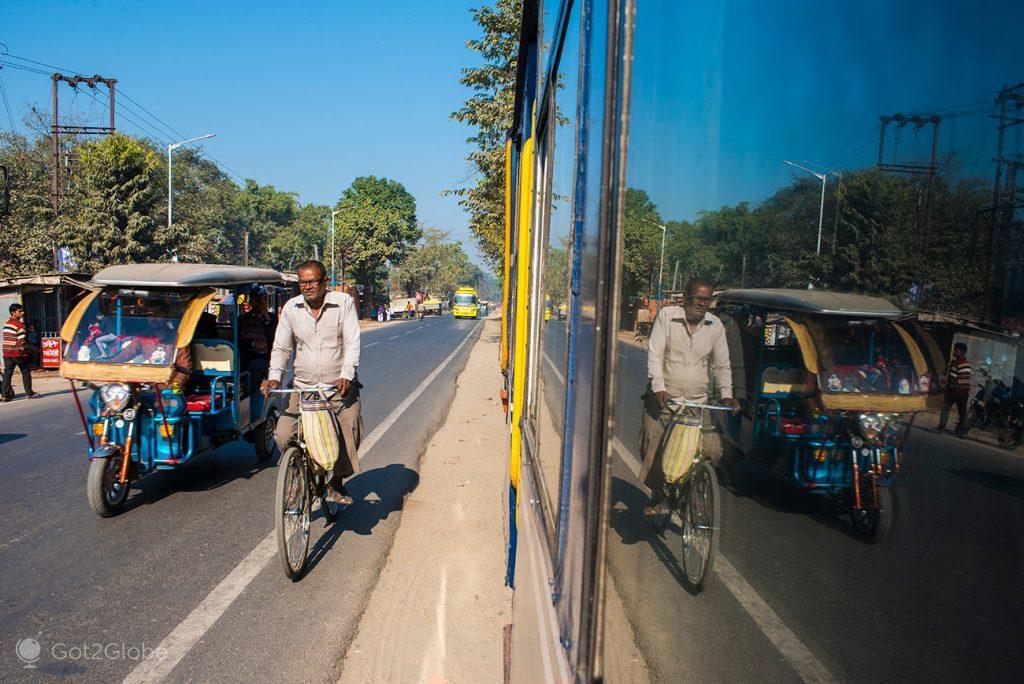 Reflexo de uma estrada no Toy Train, Siliguri, Bengala Ocidental, Índia