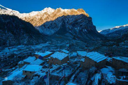 Aurora ilumina o vale de Pisang, Nepal.