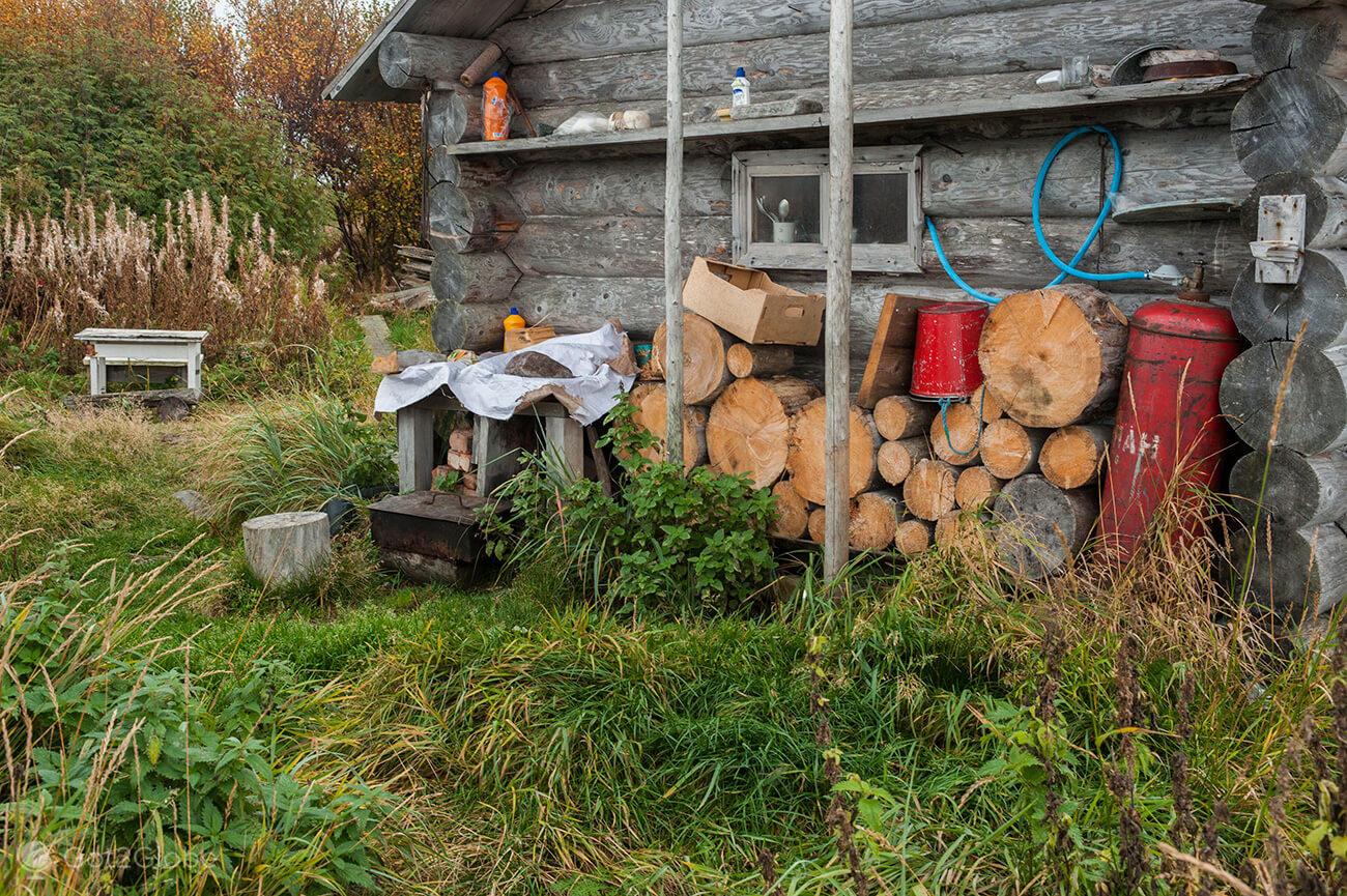 Lenha em casa de apoio, ilha Bolshoi Zayatski, ilhas Solovetsky, Rússia