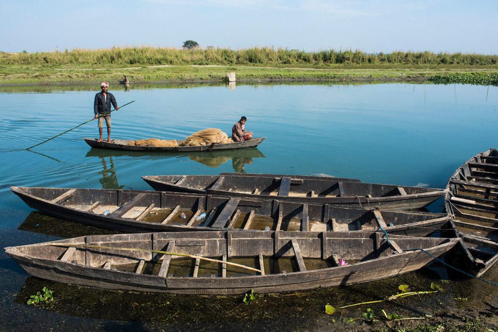 Pescadores transportam redes, Maguri Beel, Assam, Índia