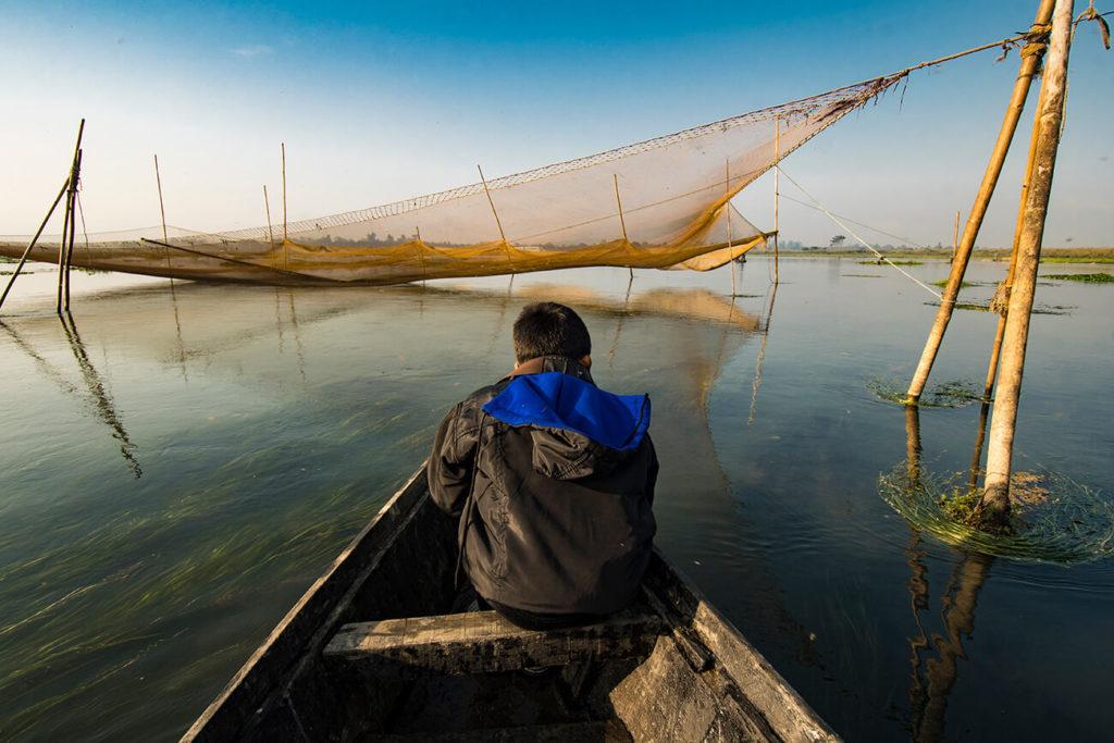 Barco entre redes, Maguri Beel, Assam, Índia