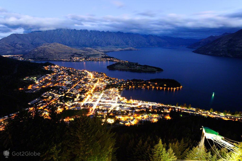Anoitecer sobre Queenstown, Nova Zelândia,