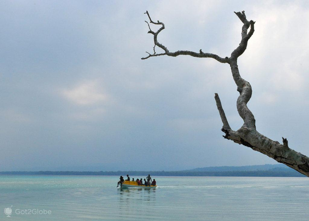Barco sobrelotado ao largo de Espiritu Santo, Vanuatu
