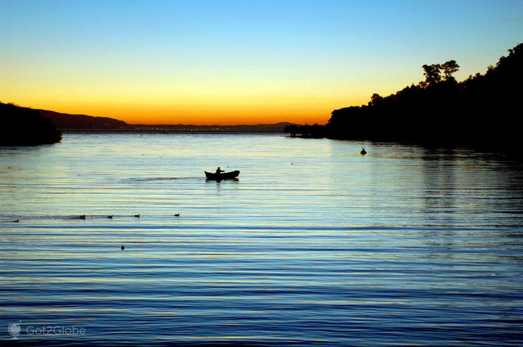 Barco no lago Villarrica, Pucón, La Araucania, Chile