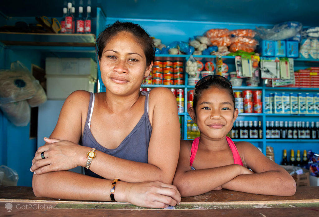 Mãe e filha em loja, Upolu, Samoa Ocidental