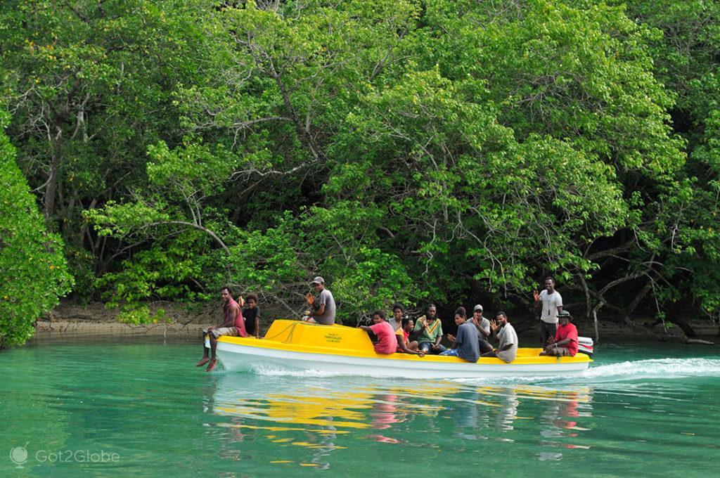 Barco sobrelotado entre Espiritu Santo e Malo, Vanuatu