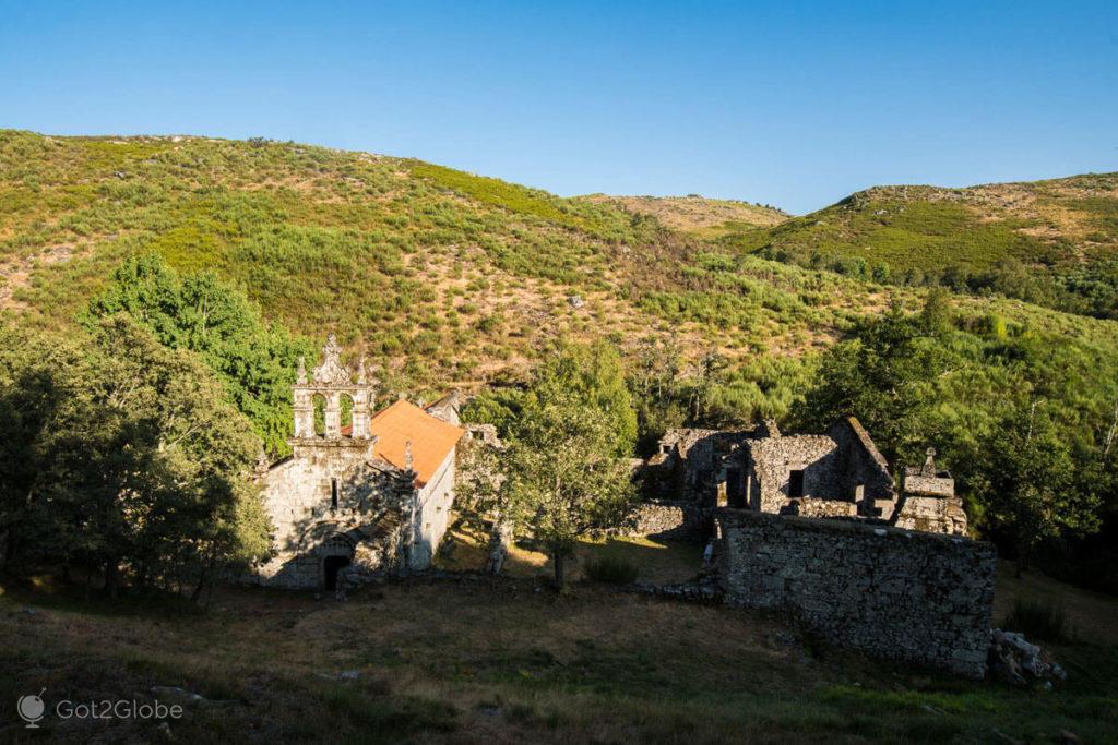 ruínas do Mosteiro de Santa Maria das Júnias, Barroso, Trás-os-Montes, Portugal