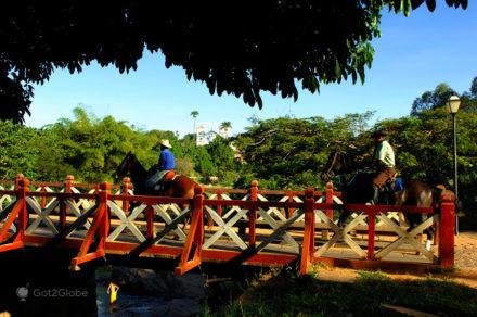 Cavaleiros cruzam a Ponte do Carmo, Pirenópolis, Goiás, Brasil