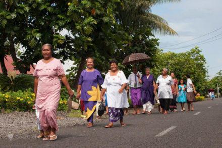 Fiéis cristãos à saida de uma igreja, Upolu, Samoa Ocidental