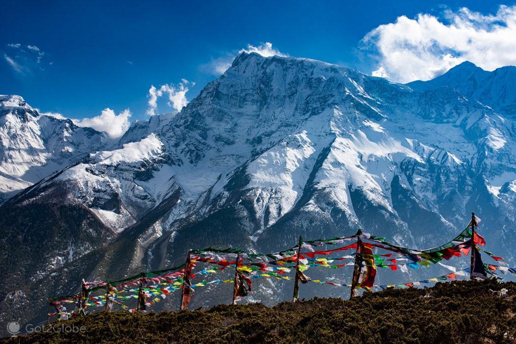 Estandartes budistas, trilho para o Ice Lake, circuito Annapurna, Nepal