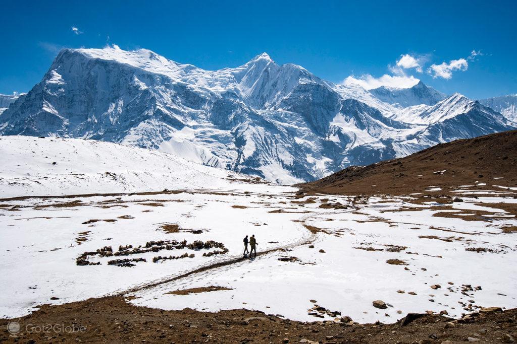 Caminhantes no trilho do Ice Lake, Circuito Annapurna, Nepal