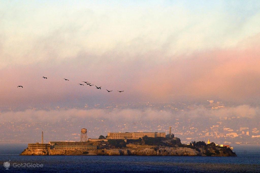 Nevoeiro sobre a ilha de Alcatraz em São Francisco, Califórnia, Estados Unidos da América