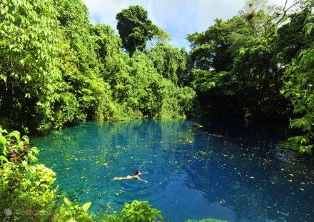 Banho refrescante no Blue-hole de Matevulu.