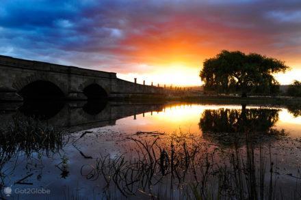 Ocaso para lá da ponte de Ross, Tasmânia, Austrália