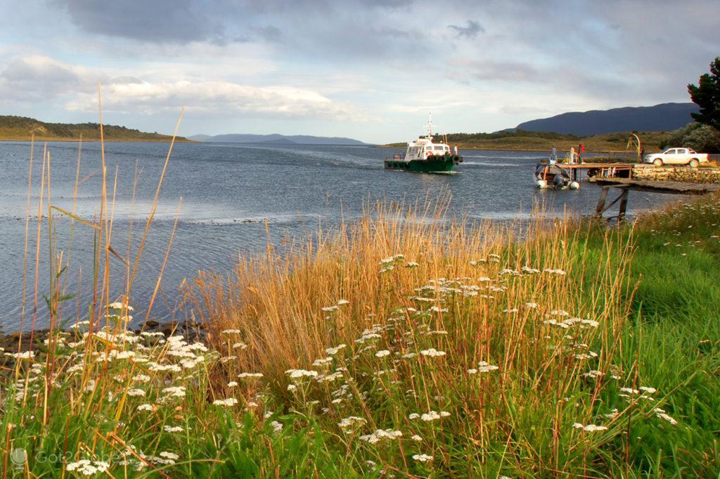 Barco prestes a atracar na estancia Harberton, Tierra del Fuego, Argentina